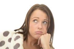 Молодая женщина Fed вверх пробуренная привлекательная смотря горемычный стоковое фото