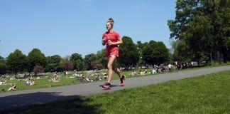 Молодая женщина jogging в парке Стоковые Изображения