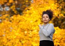 Молодая женщина jogging outdoors в осени Стоковое Фото