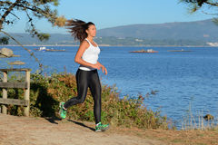 Молодая женщина jogging outdoors Стоковые Фотографии RF