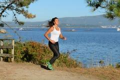Молодая женщина jogging outdoors Стоковое Изображение RF