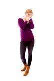 Молодая женщина peeking через руки покрывая сторону Стоковая Фотография