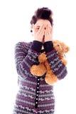 Молодая женщина peeking через руки покрывая сторону Стоковое Фото