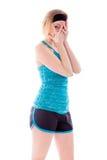Молодая женщина peeking через руки покрывая сторону Стоковые Изображения RF