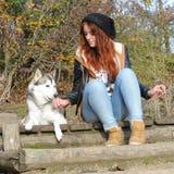 Молодая женщина redhead и ее wolfhound Стоковое Изображение