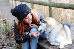 Молодая женщина redhead и ее wolfhound стоковое изображение rf