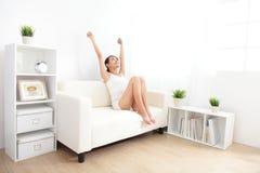 Молодая женщина Relax усмехаясь стоковое фото rf