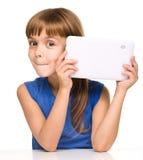 Молодая жизнерадостная девушка использует таблетку стоковое фото