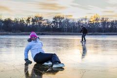 Молодая жизнерадостная девушка катаясь на коньках на озере стоковая фотография rf
