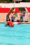 Молодая завальцовка спортсмена под водой с каное стоковая фотография rf