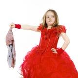Молодая Золушка одела в красном цвете с пакостной тканью стоковые фото