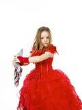 Молодая Золушка одела в красном цвете с пакостной тканью стоковая фотография rf