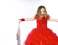 Молодая Золушка одела в красном цвете с пакостной тканью стоковое фото rf