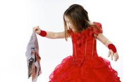 Молодая Золушка одела в красном цвете с пакостной тканью стоковая фотография