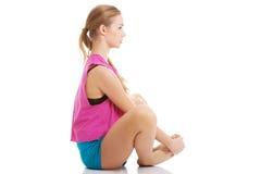 Молодая здоровая девушка делая протягивающ тренировки Стоковые Изображения