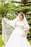Молодая игра невесты с мыл-пузырем и утеха усмехаются Стоковые Фотографии RF