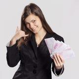 Молодая длинн-с волосами женщина держа деньги Стоковая Фотография