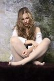 Молодая длинн-с волосами курчавая белокурая женщина Стоковая Фотография RF