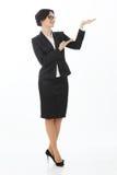 Молодая испанская бизнес-леди показывая copyspace белизна изолированная предпосылкой Стоковое фото RF