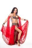 Молодая исполнительница танца живота в красном костюме Стоковое Изображение