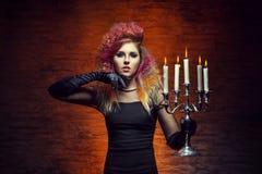 Молодая и красивая ведьма делая колдовство Стоковое фото RF