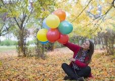 Молодая и красивая девушка наслаждаясь ее баллонами Стоковое фото RF