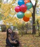 Молодая и красивая женщина наслаждаясь ее воздушными шарами Стоковое Изображение RF