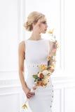 Молодая и красивая невеста в белом платье представляя в ретро интерьере Стоковые Фото