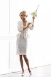 Молодая и красивая невеста в белом платье представляя a в ретро интерьере Стоковое Изображение