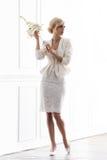 Молодая и красивая невеста в белом платье представляя a в ретро интерьере Стоковая Фотография RF