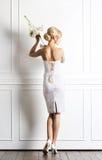 Молодая и красивая невеста в белом платье представляя в ретро интерьере Стоковое Изображение RF