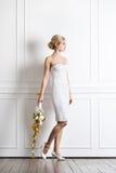 Молодая и красивая невеста в белом платье с цветками Стоковая Фотография