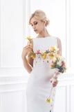 Молодая и красивая невеста в белом платье Стоковая Фотография