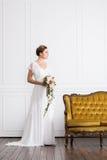Молодая и красивая невеста при букет представляя в ретро интерьере Стоковое Изображение RF