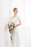 Молодая и красивая невеста с букетом Стоковая Фотография RF