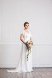 Молодая и красивая невеста с букетом Стоковые Изображения RF
