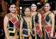 Молодая и пожилая малайзийская женщина в традиционном костюме Стоковое Изображение