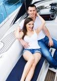 Молодая и счастливая пара ослабляя на шлюпке Стоковое Изображение