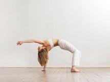 Молодая и sporty тренировка девушки в gymYoung, сексуальной, подходящей женщине в нижнем белье над белой предпосылкой Стоковое фото RF
