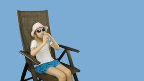 Молодая кавказская девушка сидя на стуле и выпивая все еще воду после этого показывает большие пальцы руки вверх акции видеоматериалы