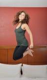 Молодая кавказская женщина скача для утехи - выражений Стоковое Изображение RF