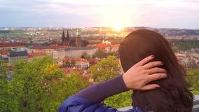 Молодая кавказская женщина смотрит ориентир ориентиры видеоматериал