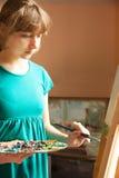 Молодая картина художника Стоковые Изображения