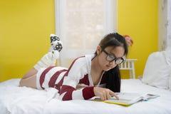 Молодая книга чтения девочка-подростка Стоковое фото RF