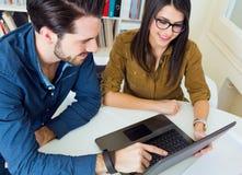 Молодая команда архитектора работая на офисе Стоковая Фотография RF