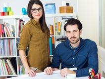 Молодая команда архитектора работая на офисе Стоковые Фото