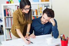Молодая команда архитектора работая на офисе Стоковая Фотография