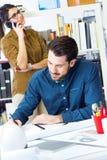 Молодая команда архитектора работая на офисе Стоковое Фото