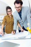 Молодая команда архитектора работая на офисе Стоковые Изображения
