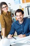 Молодая команда архитектора работая на офисе Стоковое Изображение RF